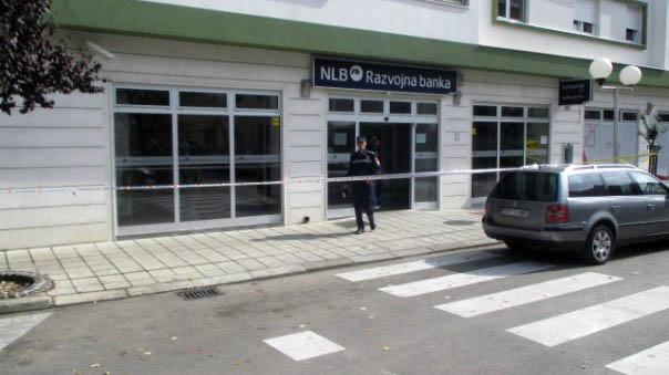 Maskirano lice razbilo staklo NLB Razvojne banke