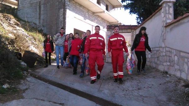 Mladi Crvenog krsta podijelili božićne paketiće