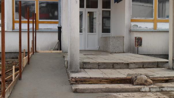 Urađene pristupne rampe ispred srednjoškoloskog centra