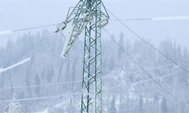U Nevesinju palo oko 40 električnih stubova