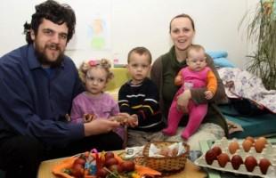 U posjeti porodici Milić u Trebinju: Tradiciju bojenja i tucanja jaja prenosimo na djecu