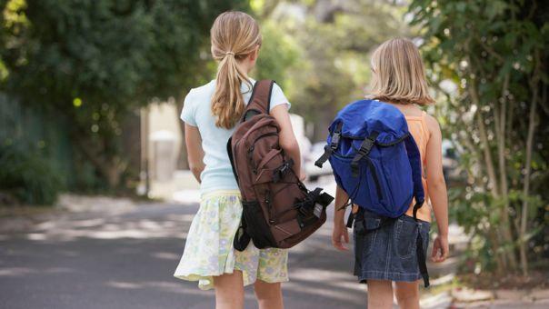 Skola-djaci-devojcica-torba