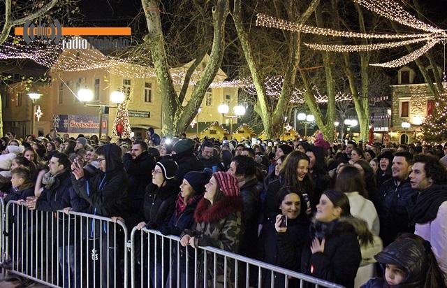Уз музику и кувано вино: Дочек Нове године на отвореном у Требињу