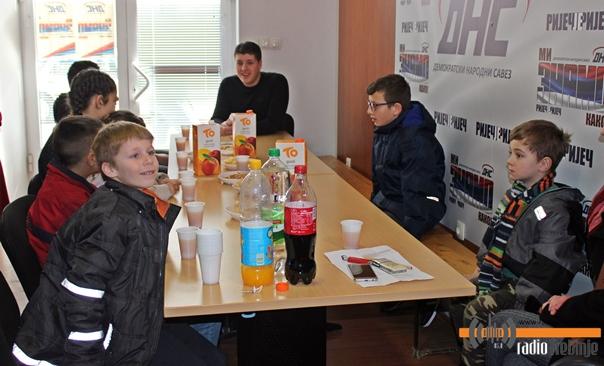 Млади ДНС-а подијели пакетиће малишанима из социјално угрожених породица