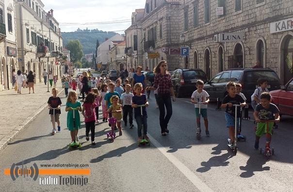 Тротинети и бицикли умјесто аутомобила на главној улици