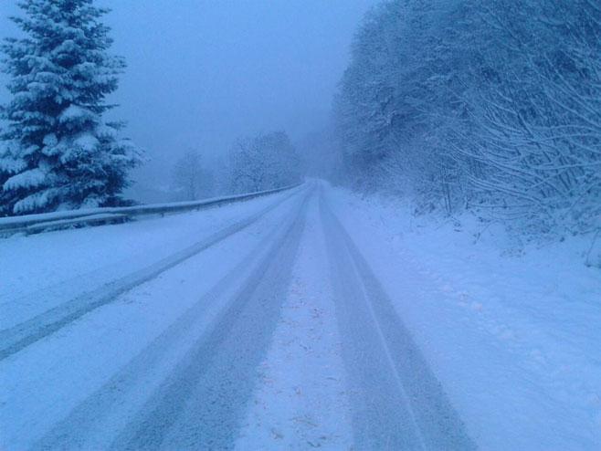 Snijeg otežava saobraćaj na svim putnim pravcima