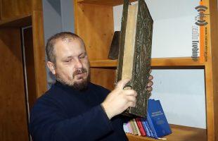 НАЈВИШЕ СТАРИХ И РАРИТЕТНИХ ИЗДАЊА: Љубињски парох Саша Којовић обнавља парохијску библиотеку