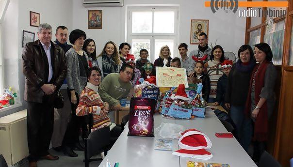 Školarci darovali paketiće djeci sa posebnim potrebama