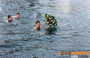 Никола Телебак први допливао до Часног крста