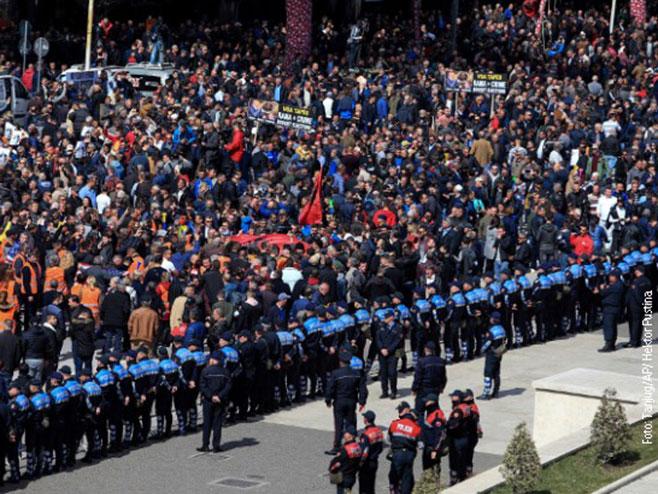 Neredi u Tirani - demonstranti probili zaštitnu ogradu ispred parlamenta