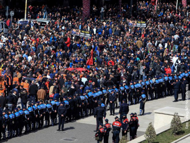 Нереди у Тирани - демонстранти пробили заштитну ограду испред парламента