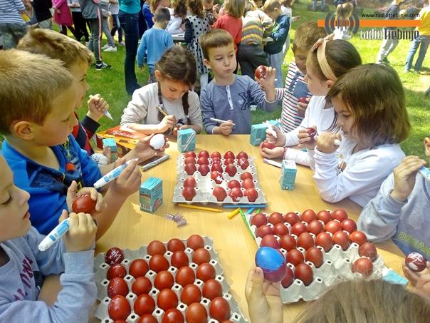 Mališani šarali vaskršnja jaja (Foto)