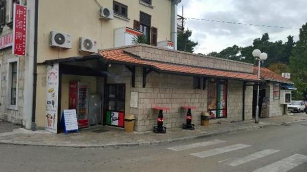 PU Trebinje: Polomili pult i staklenu vitrinu