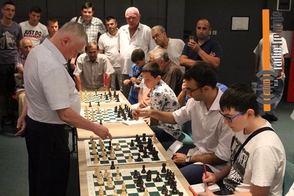 Карпов одржао шаховску симултанку