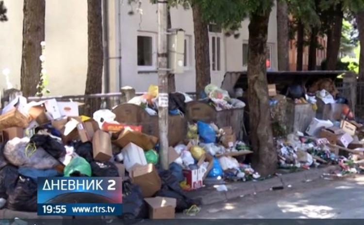 Комуналци у Гацку у штрајку, град затрпан отпадом