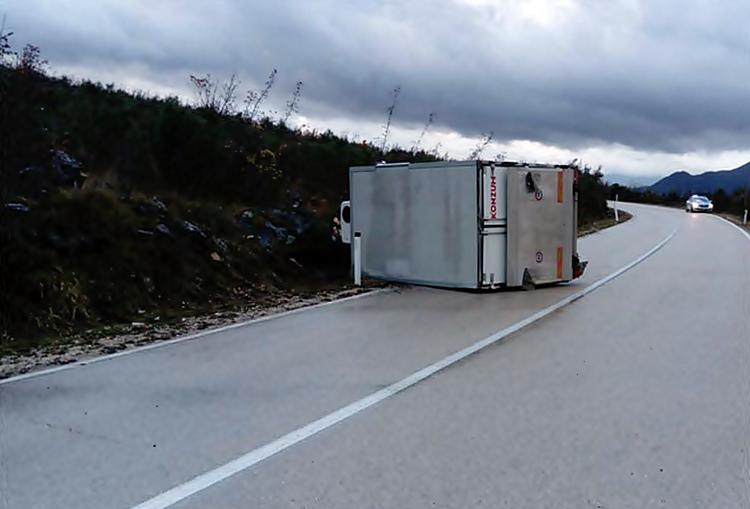 Преврнуо је камион код Марића Међина, возач лакше повријеђен