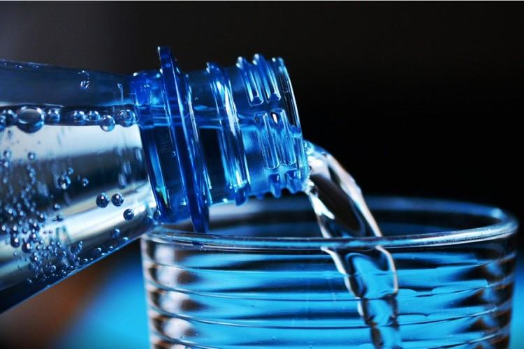 Треба ли заиста да пијемо два литра воде дневно?