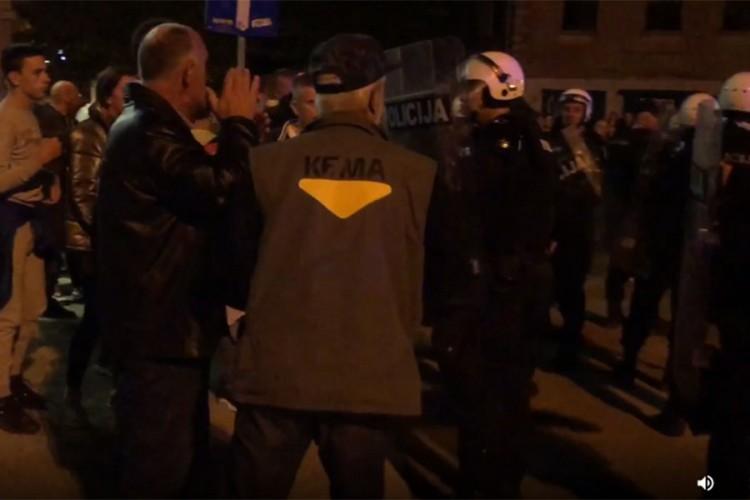 Хаос у Никшићу и Пљевљима: Полиција бацила сузавац, грађани каменице (ВИДЕО)
