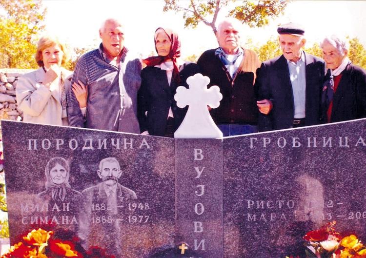 Jedinstven slučaj iz 2007 Ilinka, Mladen, Cvija, Danilo, Risto i Mileva na grobu oca i majke u žrvanjskom zaseoku Radimlja.jpg (900 KB)