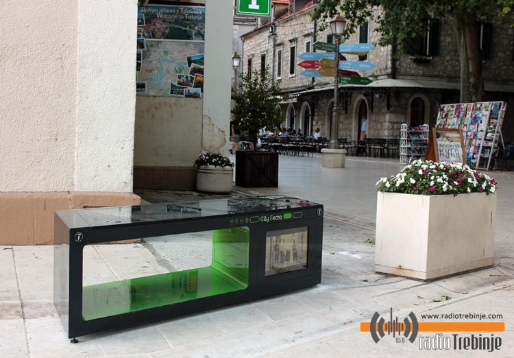 ФОТО: У Дучићевој улици постављена соларна клупа
