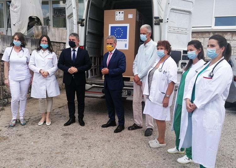 Стигла још ДВА РЕСПИРАТОРА И РЕНДГЕН АПАРАТ: Затлер уручио помоћ Европске уније Болници Требиње