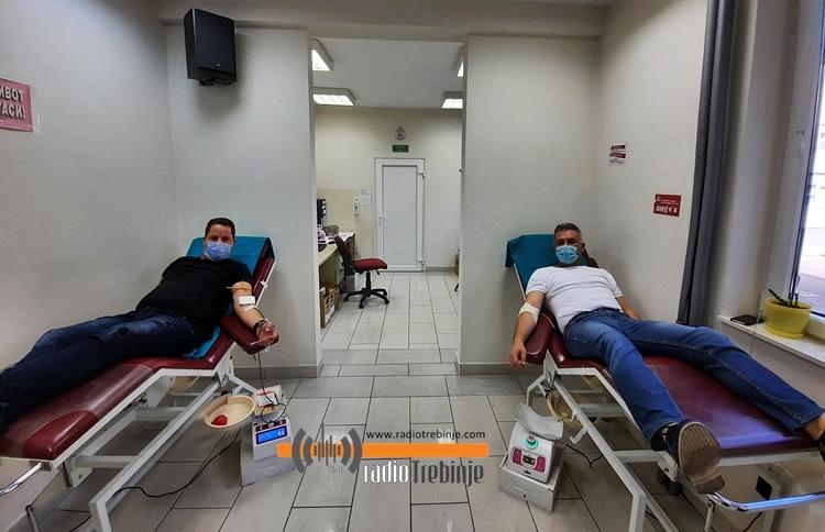 """Запослени у Градској управи и родитељи из удружења """"Сунце нам је заједничко"""" даровали крв"""